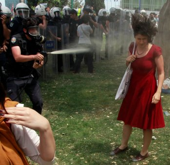 Femme à la robe rouge à Istanbul